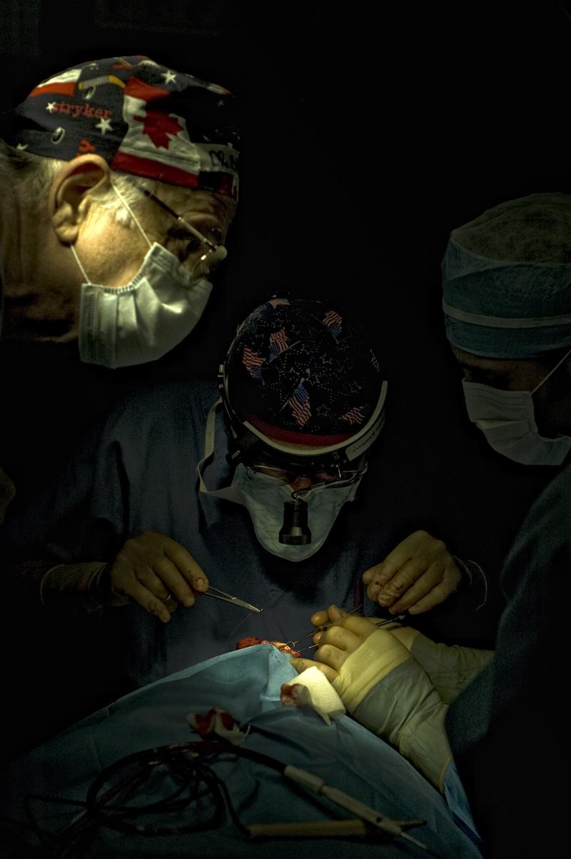 En la sala de operacion colaboran medicos extranjeros con locales para realizar las cirugias